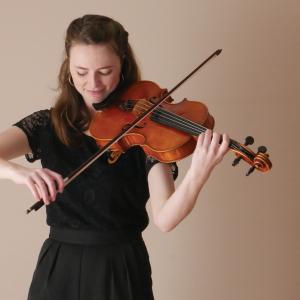Freyja Meany playing viola